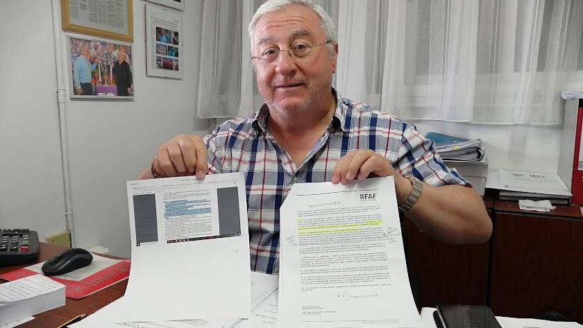 Antonio Ramón con la Circular nº25 de la RFAF y el Artículo 117 del Reglamento.