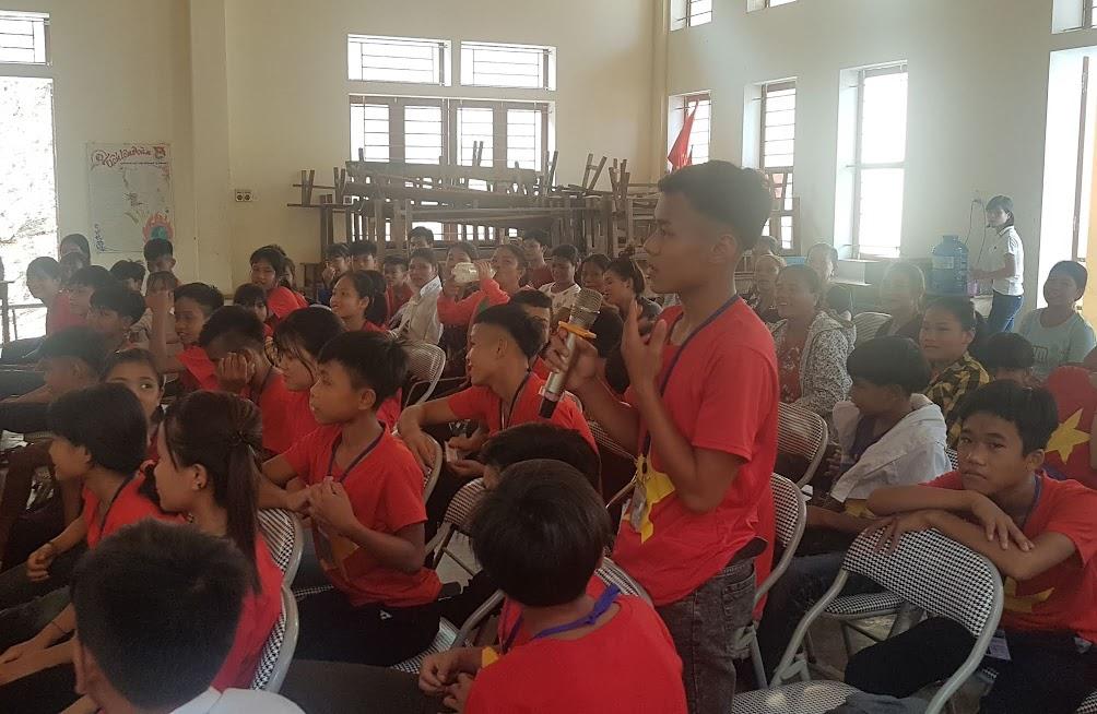 Các em học sinh trả lời các câu hỏi tình huống do các cán bộ Công an đưa ra