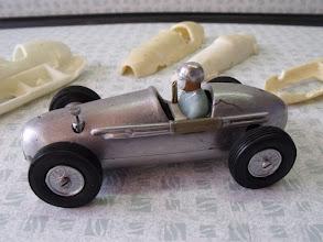 Photo: La voiture est équipée du moteur et des roues.  Elle reçoit aussi les divers accessoires qui améliorent la finition.