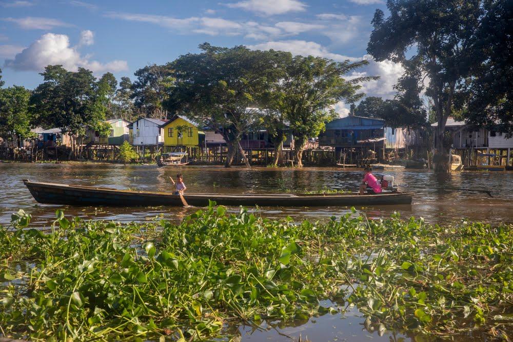 Casitas a la orilla del Río Amazonas, en Leticia Colombia