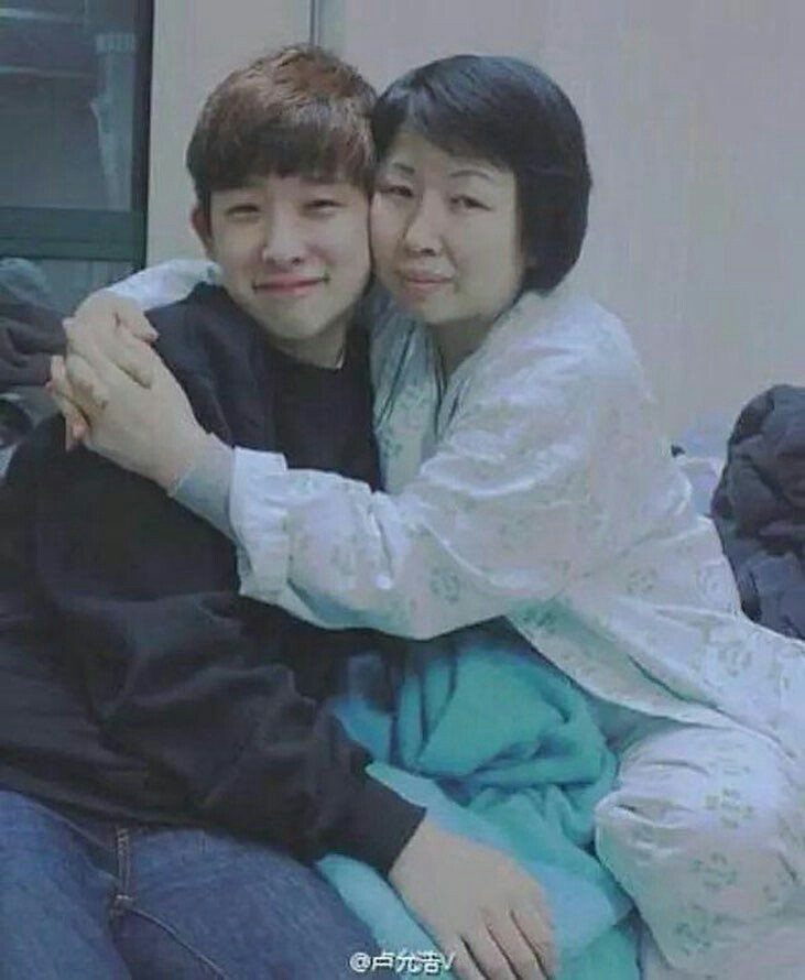 wonho with mom