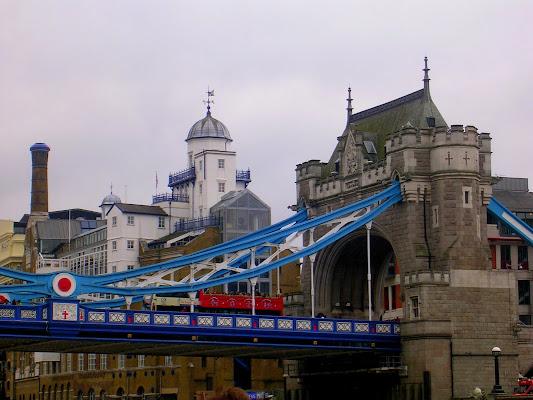 Passando su Tower Bridge di bereza