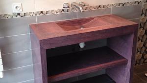 faire un béton ciré sur mobilier su-mesure design pour salle de bain par Les Bétons de Clara spécialiste béton design meuble