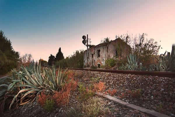 Casello ferroviario abbandonato. di Alessi Girlando
