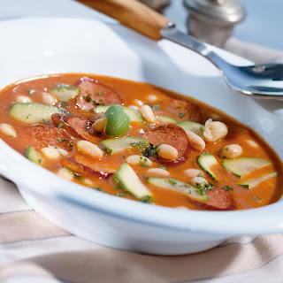 Würstel mit Paprika-Rahmsauce, Speck und Bohnen