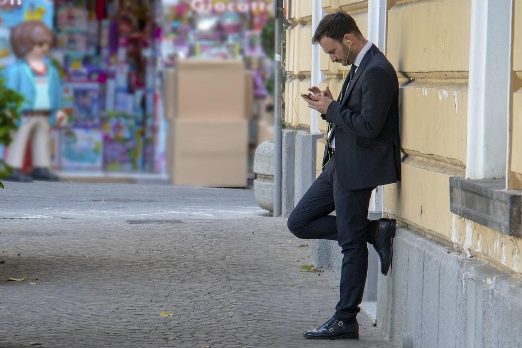 Homem usando o celular