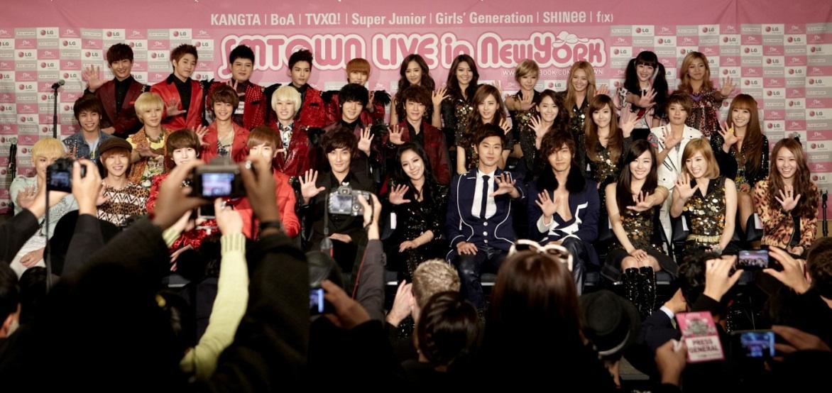 Artistas da SM Entertainment na coletiva de imprensa, em 2011, antes do primeiro show em Nova York (foto: Reprodução/Soompi)