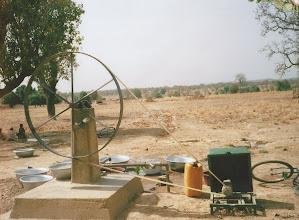 Photo: Le forage électrifié pour l'arrosage