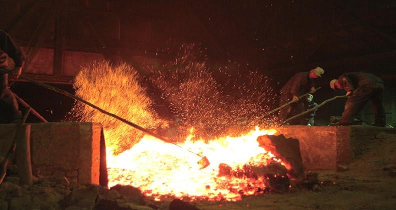 Los trabajadores derriban el Tatara para extraer el Acero que sera usado para forjar Katanas y cuchillos.