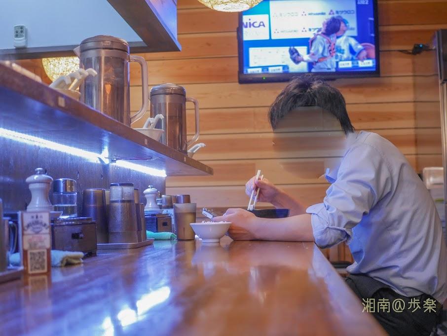 2019:らぁめん三代目OKAWARI カウンター 夜でもアルコール類載っかっていない・・・