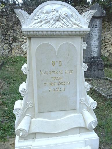 Création originale d'une tombe avec stèle et pierre tombale sculptées en pierre calcaire dans le cimetière juif d'Orange 84