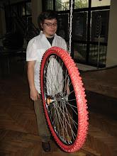 Photo: Zasada zachowania momentu pędu uniemożliwia przekręcenie się temu obracającemu się kołu. Ale nie to jest odpowiedzialne za utrzymywanie równowagi na rowerze (a przynajmniej nie tylko).