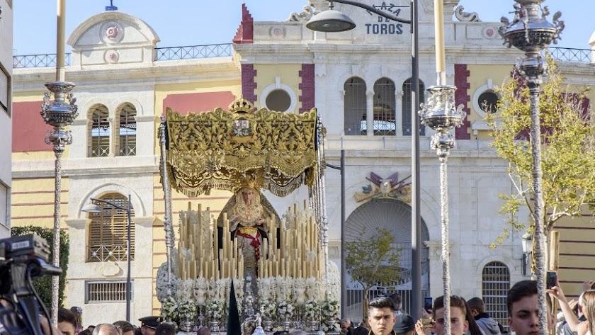 La Esperanza Macarena a su paso por la Avenida Vílchez