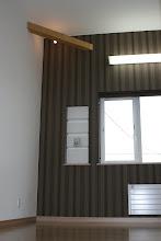 Photo: 屋根ギリギリまで天井を上げることで実現する空間。