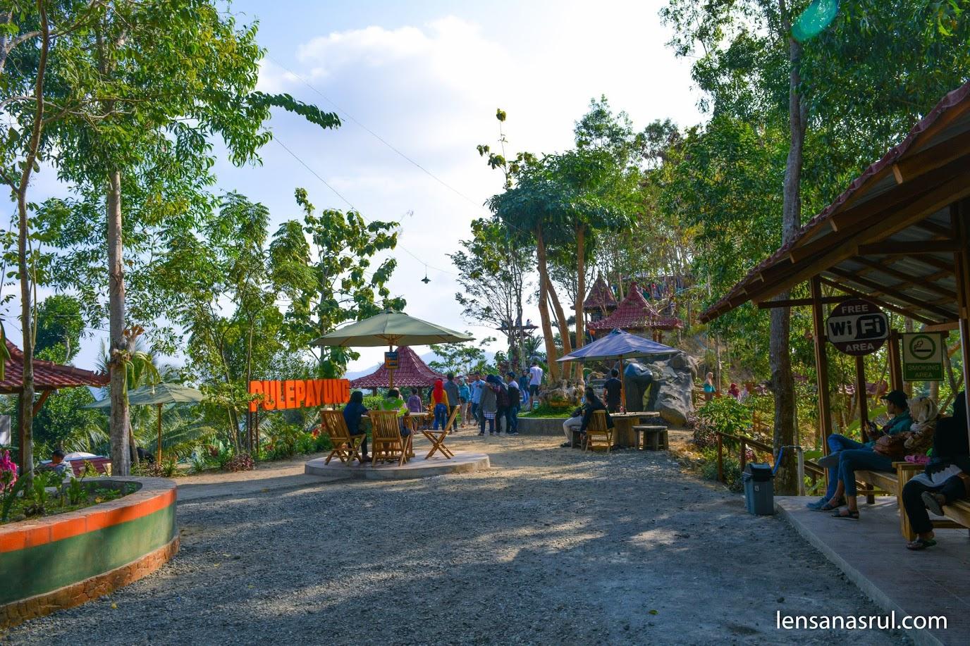 Suasana tempat santai wisata Pule Payung