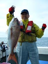 """Photo: いいサイズの真鯛をキャッチの""""カワサキさん"""""""