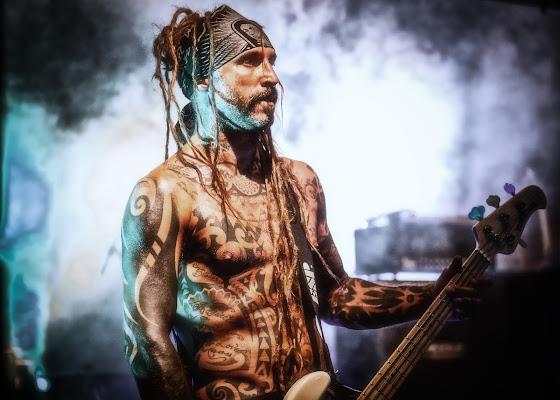 the tattooed bass player di Heisen22