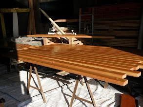 Photo: Dans le même temps, les lames de roof sont sélectionnées et vernies à l'intérieur.