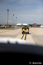 Photo: Rett etter å ha forlatt rullebanen sto en follow-me car og ventet grunnet ombygginger på flyplassen.