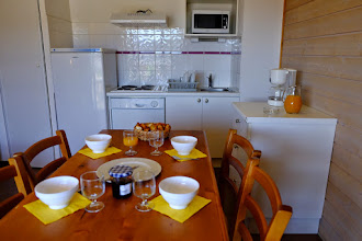 Photo: Espace salle à manger et cuisine d'un appartement de la résidence le Clos des Fontaneilles