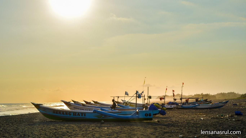 Suasana Pantai Glagah dan Perahu nelayan