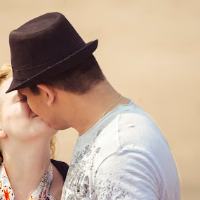 Sweet Kiss by Gabriel Cabrera - People Couples ( beach, moments, people, couples )
