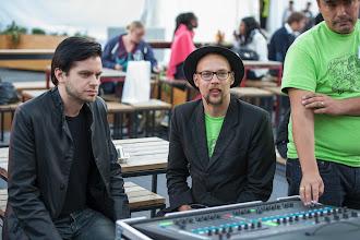 Photo: Äänimiehet olivat keskittyneet kuuntelemaan laulua