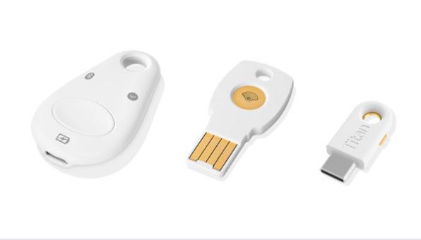 Três chaves de segurança: à esquerda está a chave de segurança Bluetooth/NFC/USB. No meio é possível ver a chave de segurança USB-A/NFC. À direita encontra-se a chave de segurança USB-C.