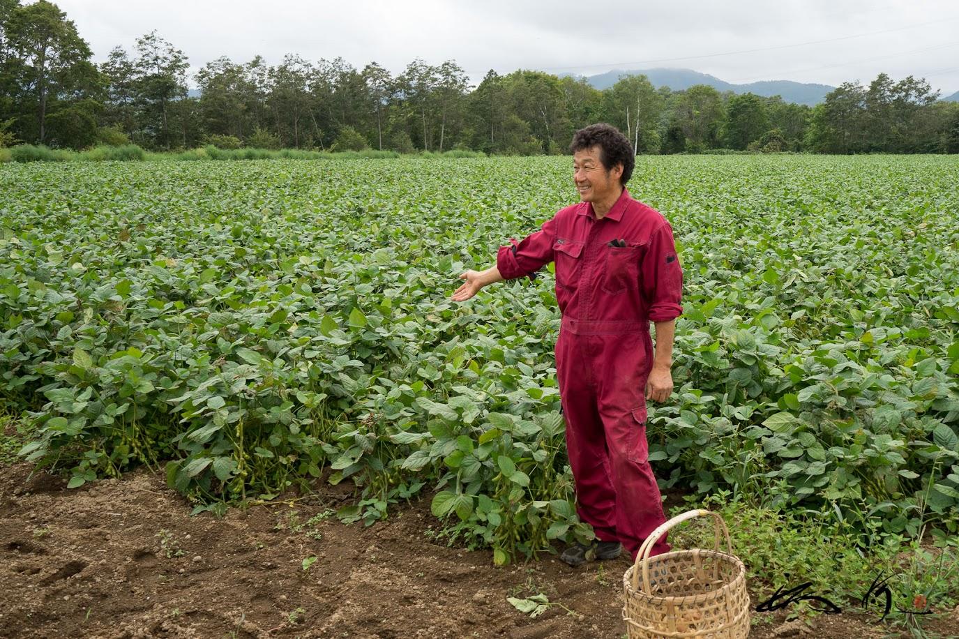 ご丁寧に畑を説明してくださる農園主の後藤進さん