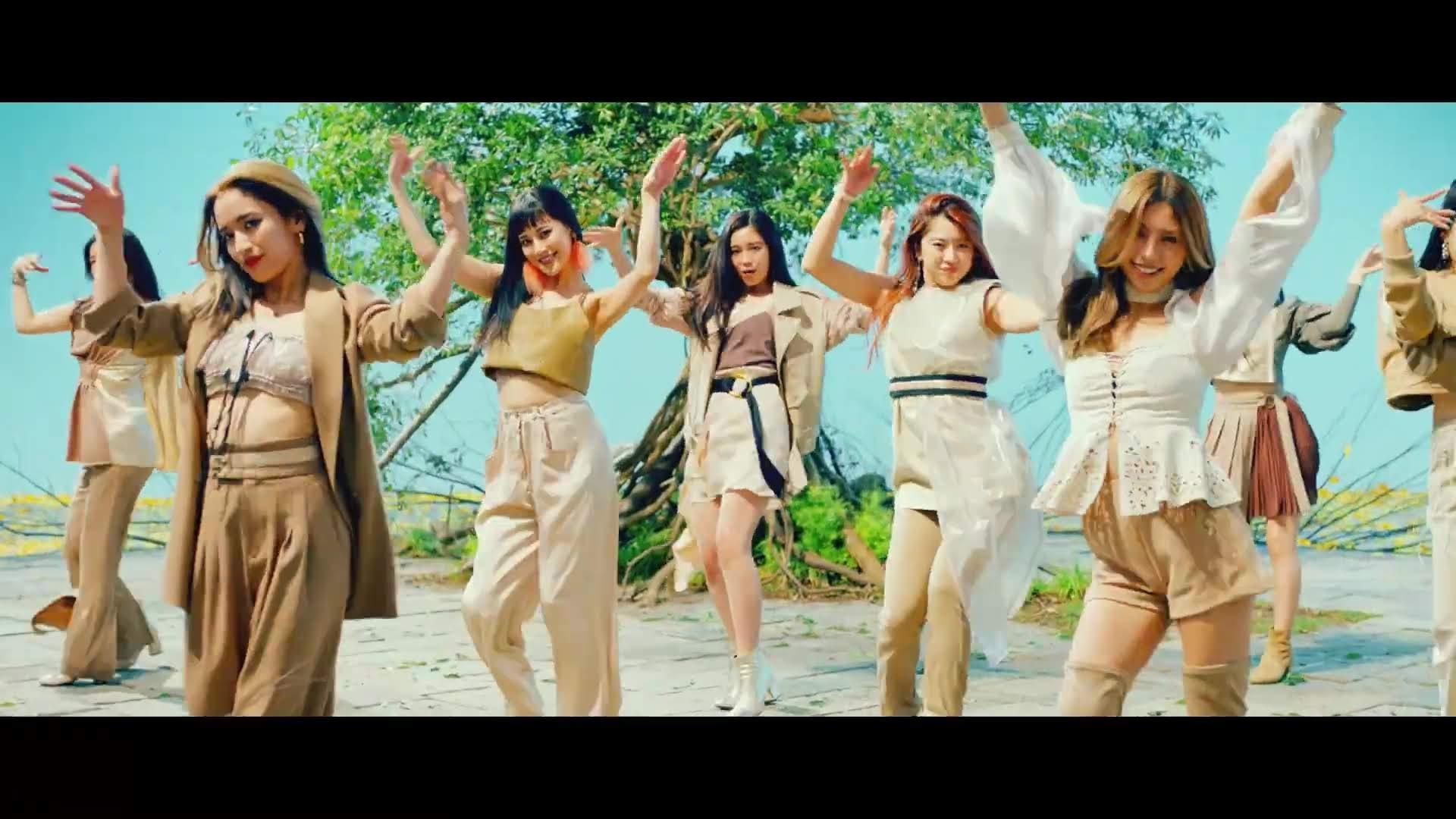 Dançando em frente à árvore do E-girls!