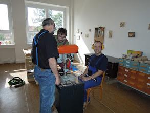 Photo: Přípravy před vrtáním tyček na podložky