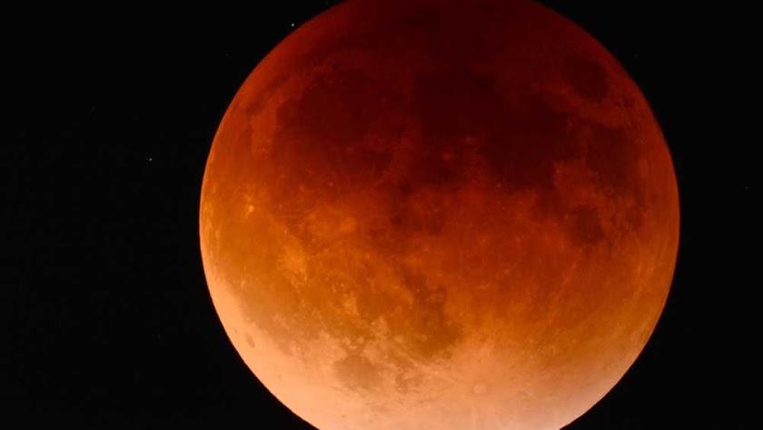 Luna de sangre, llamada así por su color rojizo, es la que se verá el día del eclipse.