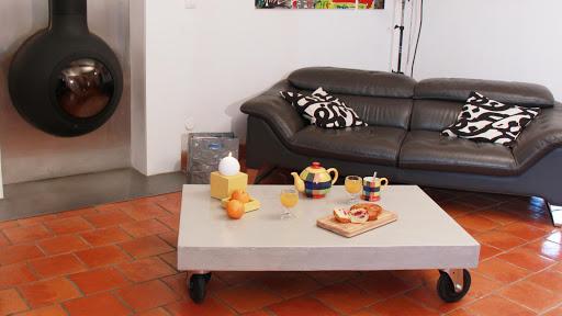 Plateau de table basse en béton ciré monté sur roulettes de style loft New-Yorkais
