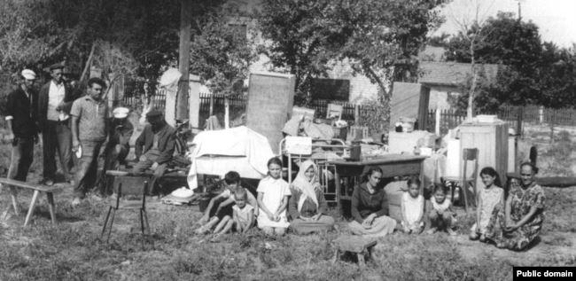 Крымские татары, выброшенные из купленных ими домов в Крыму. Конец 1960-х