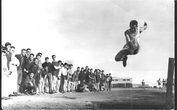 Photo: Veo a los P. Torrellas y Morán, e intuyo a Medarde, Justino, Tejerina..... El saltador es Jacinto.