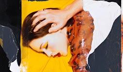 hoofd van vrouw, liggend op bed, wordt omlaag gehouden