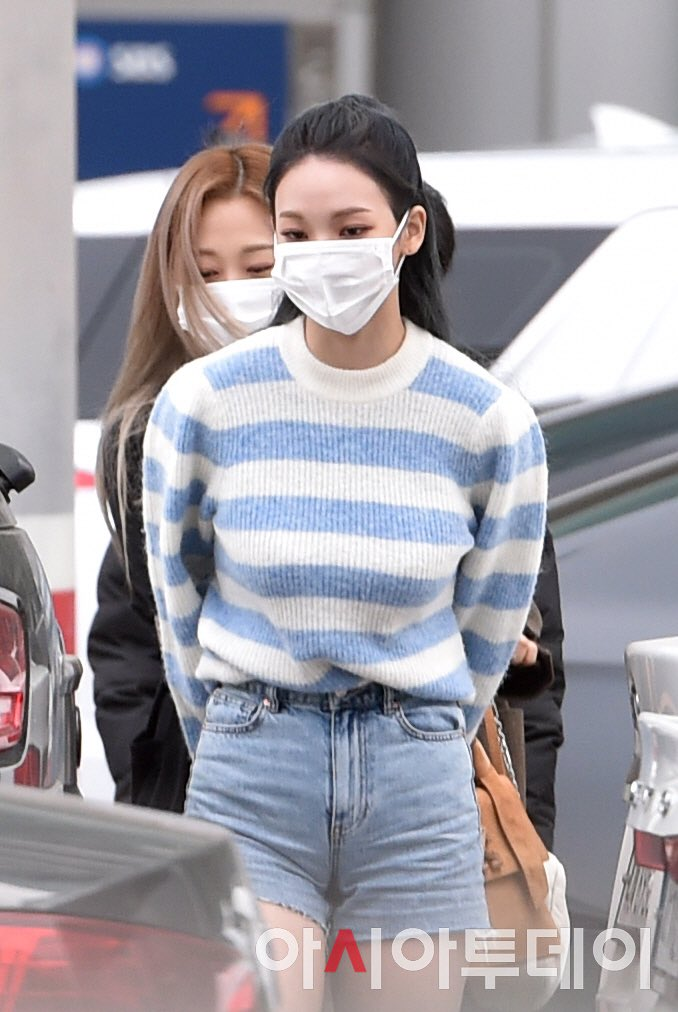 BLACKPINK's Rosé, aespa's Karina & Girls' Generation's Yuri Wore The Same Sweater But Served Completely Different Vibes - Koreaboo