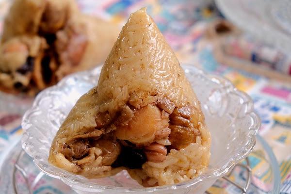 阿雲紅龜粿 肉粽!老字號市場肉粽低調隱藏民宅中,想選高貴的百元干貝粽,還是性價比更高的香菇肉粽、花生肉粽、蛋黃肉粽和栗子肉粽通通有!