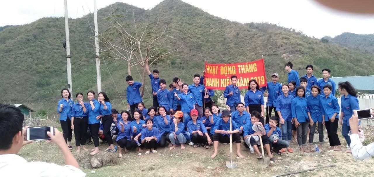 Đoàn viên thanh niên Huyện đoàn Mường Lát ra quân dọn vệ sinh môi trường
