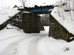 Photo: Przed nami wiadukt nieczynnej linii kolejowej. Dalej to już tylko ruiny pałacu i zamku.