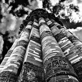 QUTUB MINAR by Suman Sengupta - Buildings & Architecture Public & Historical ( sky, hdr, india, architecture, delhi )