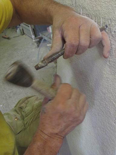 Gravure sur pierre à la main avec massette et ciseau