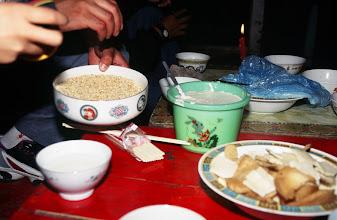 Photo: 03425 シリンホト近郊/ノルボ家/食事/乳製品各種/炒米(炒った粟)とジョッヘ、砂糖をかき混ぜて食べる。