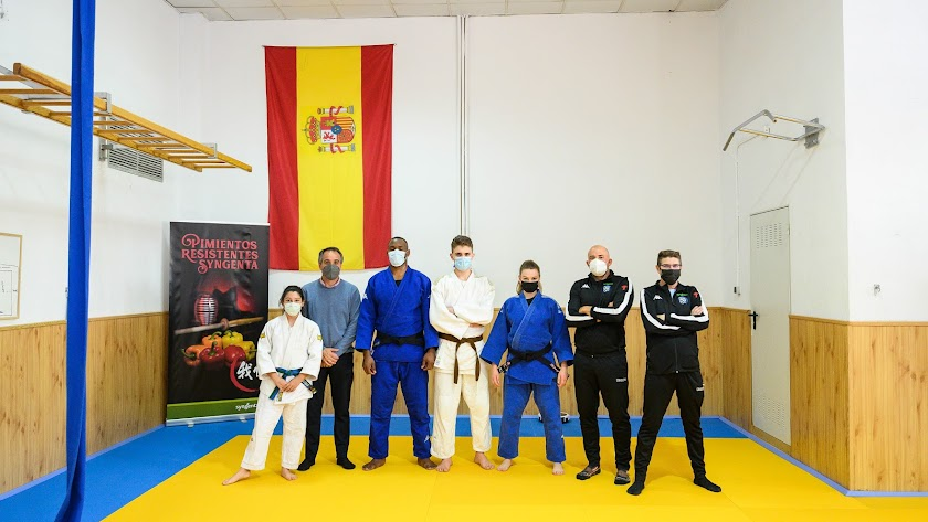 Foto de familia en presencia del concejal de deportes, Juanjo Segura.