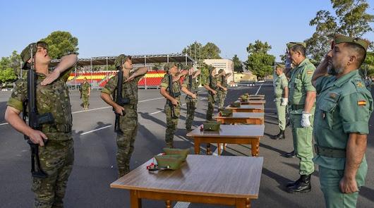 Los nuevos legionarios reciben sus gorrillos en la base de Viator