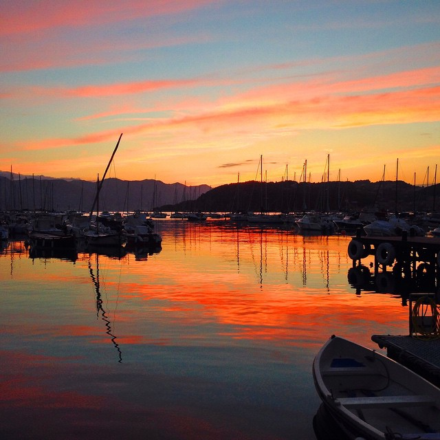Riflessi e riflessioni   #riflessi #riflessioni #sunset #lerici di y.be