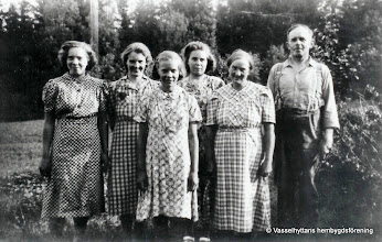 Photo: Spjutbacken 1940-tal familjen Nilsson. Fr v, Signe, Viola, Gunborg, Erik, främst Astrid, Anna