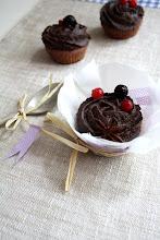 Photo: Cupcakes veganos de frutos rojos con chocolate negro/http://theseasonalcuisine.blogspot.com.es/2013/06/cupcakes-veganos-de-frutos-rojos-con.html/Elena Gramaje/Francesa/CANON EOS 1000D