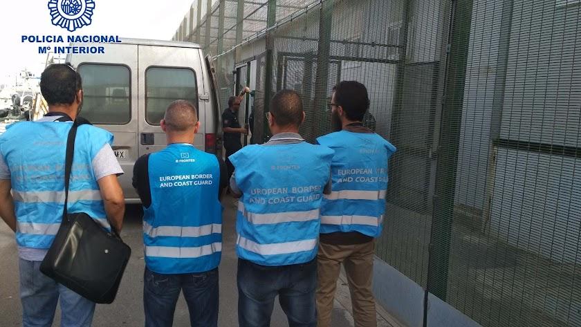 Detenidas tres personas por tripular una patera rescatada con 14 ocupantes