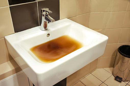 ✓ Fotos do Afunde na cozinha com água suja devido a um cano entupido  Royalty Free